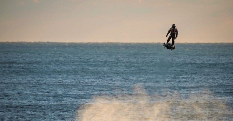 L'inventeur français, Franky Zapata traverse la Manche sur un Hoverboard