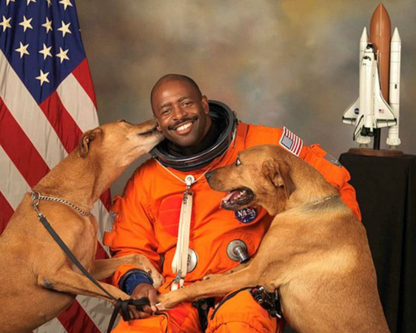 NASA astronaut Leland D Melvin with his dogs Jake and Scout thumb 560x448